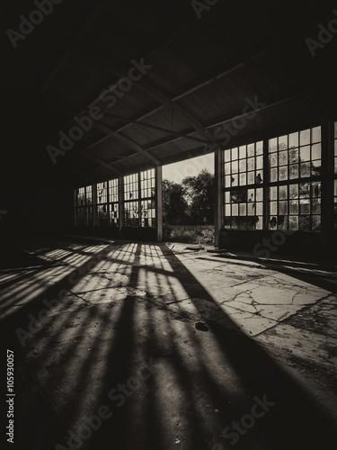 Papiers peints Les vieux bâtiments abandonnés Silhouette of abandoned factory building on sunny day