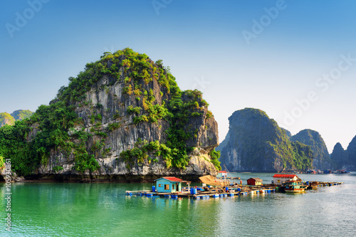 Photo  Beautiful view of floating fishing village in the Ha Long Bay