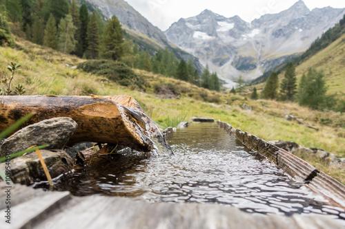 Fotografía  Trinkwasser und Holzbrunnen
