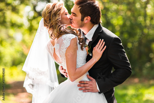 Bride and groom having a romantic moment on their wedding day Fototapete