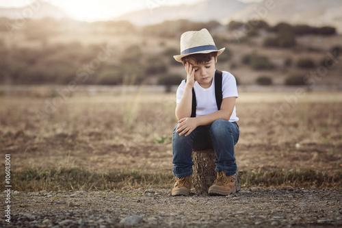 Valokuva  niño triste y pensativo