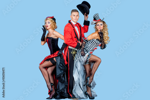 Photo  two pretty young blonde girls with men in formal retro clothes dancing Broadway