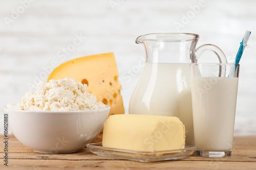 Plakat Mleko słoik na drewnianym stole