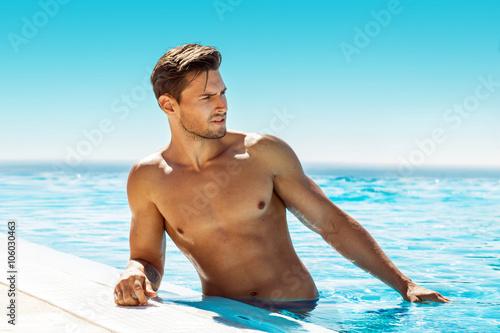 Cuadros en Lienzo Handsome man in swimming pool