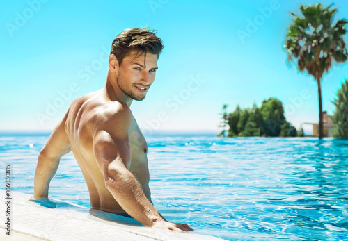 Fotomural Portrait of handsome man in swimming pool