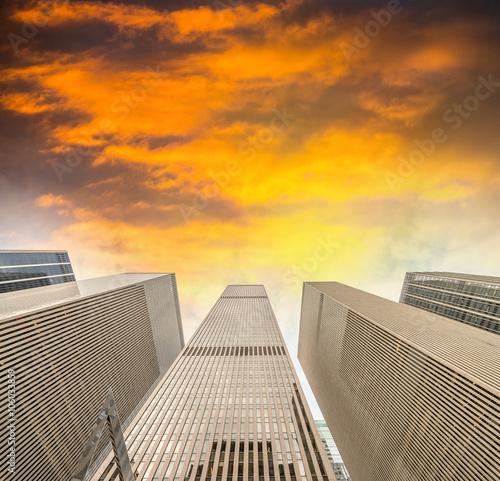 New York City - Manhattan skyscrapers, skyward view Fotobehang