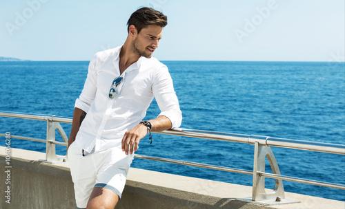 Fotografía Handsome man wearing white clothes posing in sea scenery