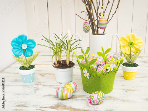Schone Oster Tischdekoration Mit Bemalten Eiern Fruhlingsblumen Und