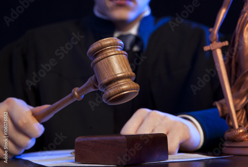 Cuadros en Lienzo Male judge in a courtroom striking the gavel