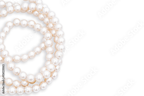 Fotografia Pearls necklace isolated on white