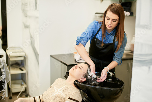 mata magnetyczna Barber washes the girl's head to the client