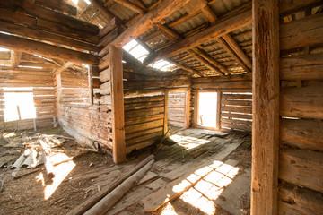 Fototapeta Altes, verfallenes Bauernhaus von innen, Lichteinfall