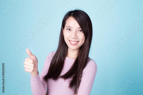 woman show thumb up