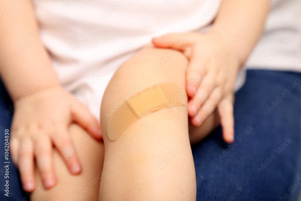 Fototapeta Dziecko ze raną na kolanie