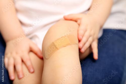 Fototapeta Dziecko ze raną na kolanie  obraz