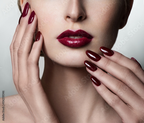 Beauty Woman. Professional Makeup. Burgundy red Lipstick. Beauty Fototapet
