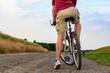Mann startet eine Radtour mit dem Fahrrad