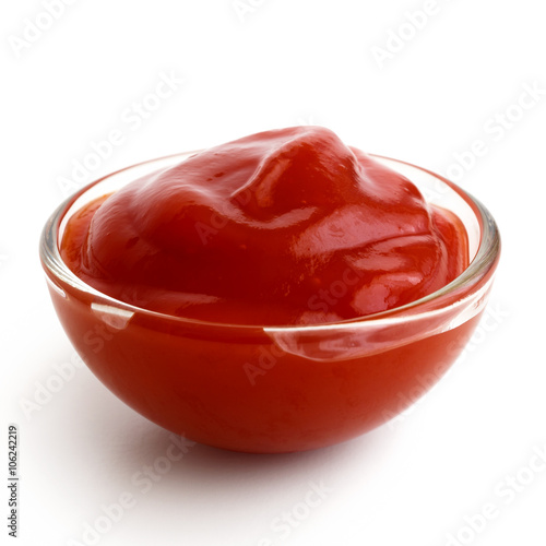 Fotografía  Small glass condiment bowl of red tomato sauce ketchup.