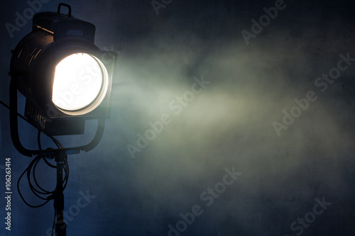 Cadres-photo bureau Lumiere, Ombre theater spot light with smoke against grunge wall