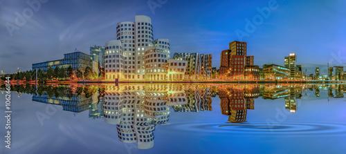 Poster Port Medienhafen Düsseldorf Abend Wasserspiegelung Panorama