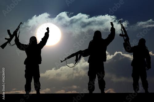 Fotografía  Silueta de soldado militar o funcionario con armas al atardecer