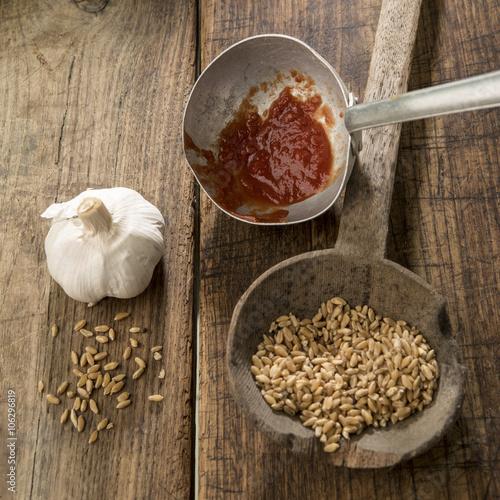 vari accessori antichi da cucina con grano su un mestolo e sfondo ...