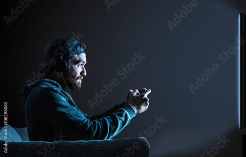 Photo  Gamer vor einem Fernseher