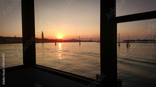 Tuinposter Pier Tramonto sul ferryboat