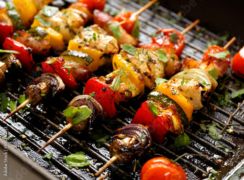 In de dag Grill / Barbecue Vegetable and meat skewers in a herb marinade