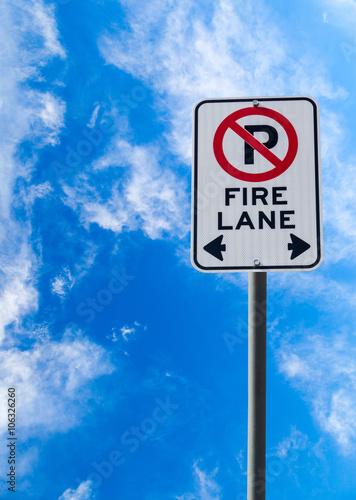 Papiers peints Route 66 Fire Lane No Parking Sign Against Blue Sky