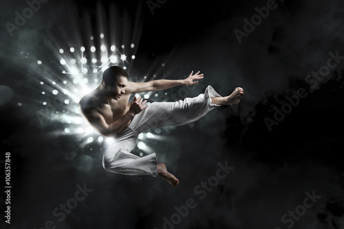 Fotografia  male fighter trains capoeira