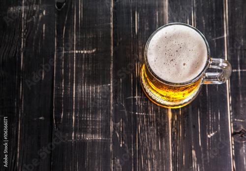 kubek-piwo-na-drewnianym-tle