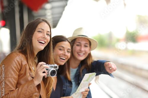 Plakat Grupa podróżnik dziewczyny podróżuje w dworcu