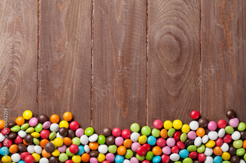 Poster Confiserie Colorful candies over wooden background
