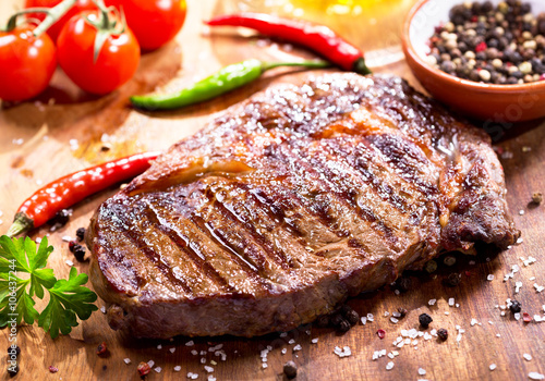 Papiers peints Steakhouse grilled meat with vegetables