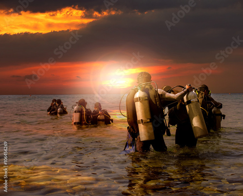 Poster Plongée group of scuba diving preparing to night diving at sea side agai
