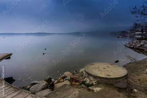 Papiers peints Cappuccino Panorama al lago, lago di viverone, lago in primo piano, lago e cielo blu
