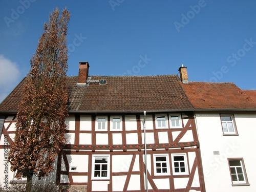 Schön saniertes altes Wohnhaus mit braunem Fachwerk an der Bieber in Heuchelheim Wallpaper Mural