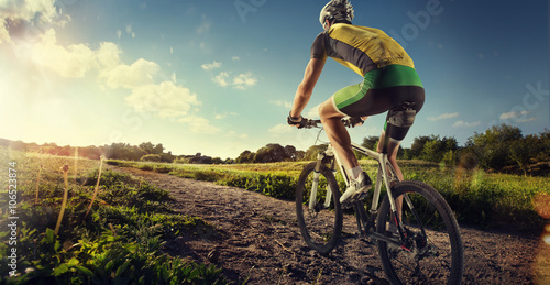 Foto  Sport. Mountain Bike cyclist riding single track