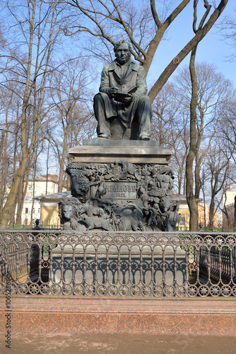 Deurstickers Artistiek mon. Monument to Ivan Krylov in the Summer Garden.
