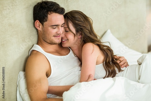 Fotografía  Young couple cuddling on bed