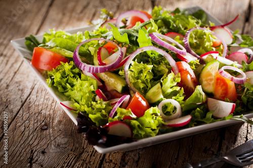 Frischer Salat mit verschidenen Zutaten Fototapete
