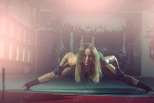 Valokuva  Female kickboxer doing splits and lunges