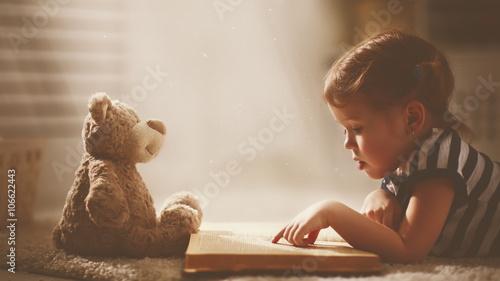 dziecko-mala-dziewczynka-czyta-magiczna-ksiazke