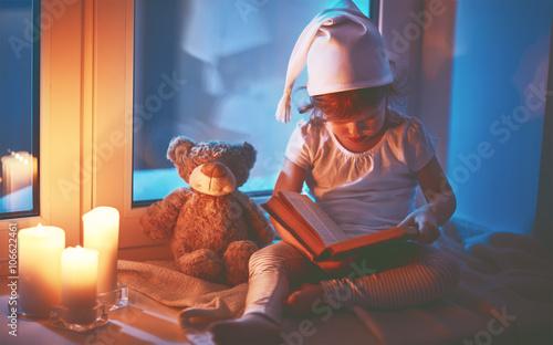 male-dziecko-na-parapecie-czytajace-ksiazke-na-dobranoc-zdjecie-z-filtrem