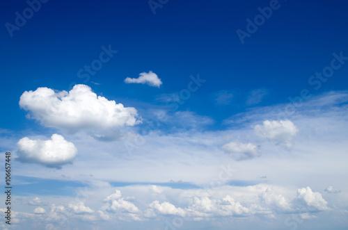 Fototapeta Niebieskie niebo z białymi chmurami na zamówienie