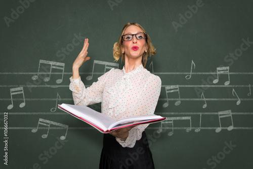 Plakat Wokalny instruktor trener chóru nerdy śpiewak w szkole nauczyciel muzyki w klasie