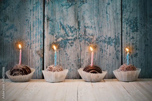 Photo  birthday cupcakes on wooden background