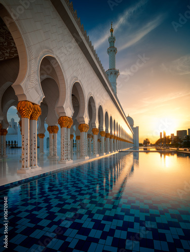 Foto op Plexiglas Abu Dhabi Amazing sunset view at Mosque, Abu Dhabi, United Arab Emirates