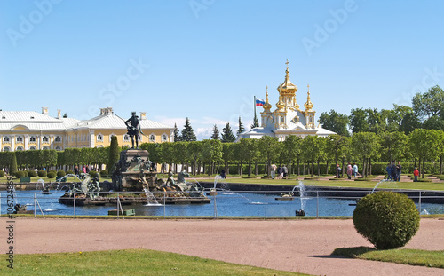 Spoed Foto op Canvas Zanzibar PETERHOF, RUSSIA.The Neptune fountain in the To